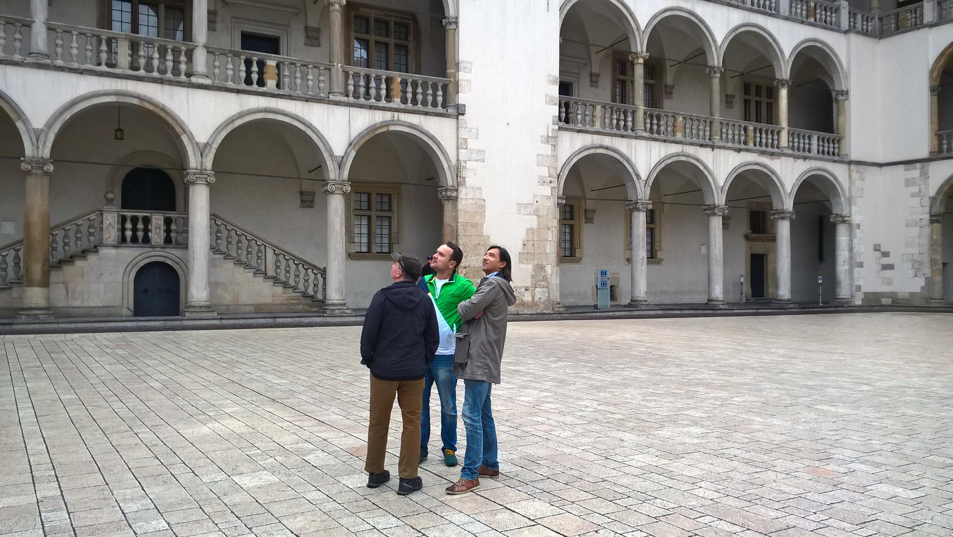 Dziedziniec Zamku Królewskiego na Wawelu, od lewej Rafał Pogoda, Marcin Polak i Jacek Dobrowolski rozmyślają o przyszłości Polski, fot. NOM