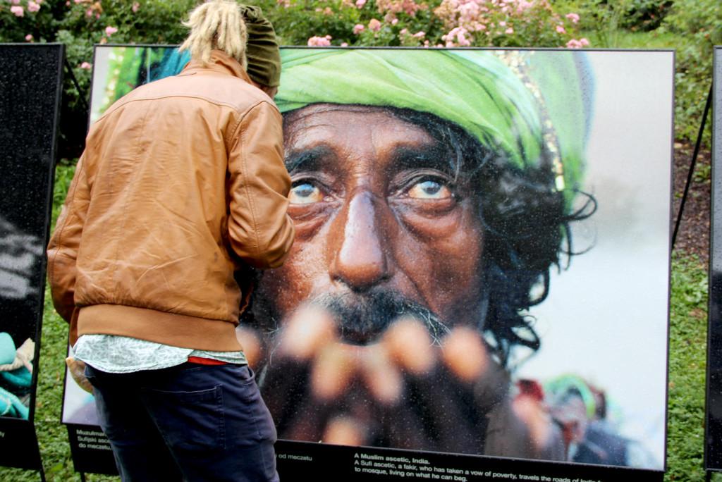 """Olivier Föllmi, """"Sufijski asceta, fakir, który złożył ślub ubóstwa, przemierza indyjskie drogi od meczetu do meczetu, żywiąc się tym co zdoła wyżebrać."""", z wystawy Ja i ty, fot. Grażyna Smalej"""