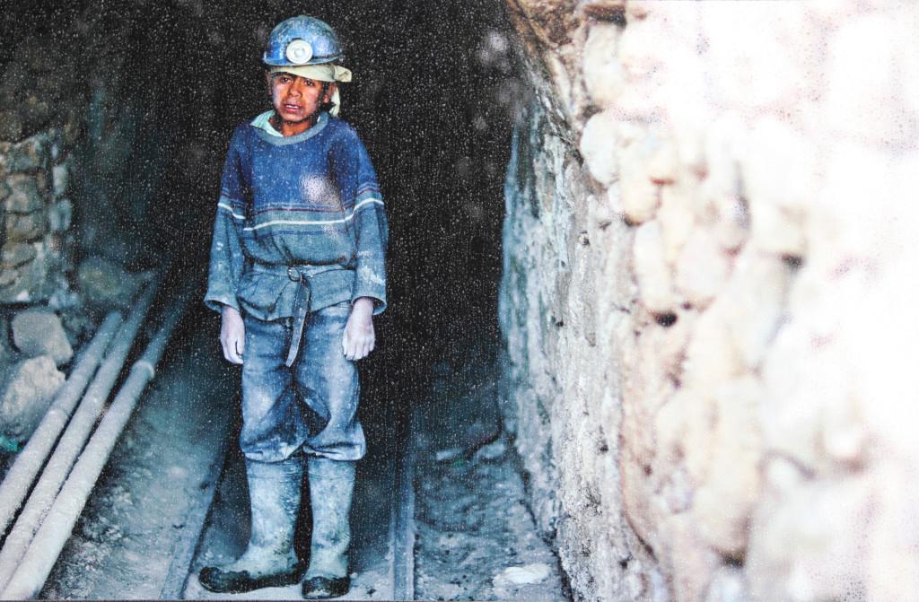 """Olivier Föllmi """"Dziecko górnik Tomas Mayo Vargas, kopalnia srebro Cerro Rico, Potosi, Boliwia. """"Nie mogłem się pogodzić z tym, że Tomas, osierocony dwunastolatek, miałby powrócić do pracy w kopalni srebra w Potosi, w Boliwii, gdzie go spotkałem, więc zapisąłem go do szkoły. Dzisiaj, dziesięć lat później, jest żonatym kierowca taksówki."""""""