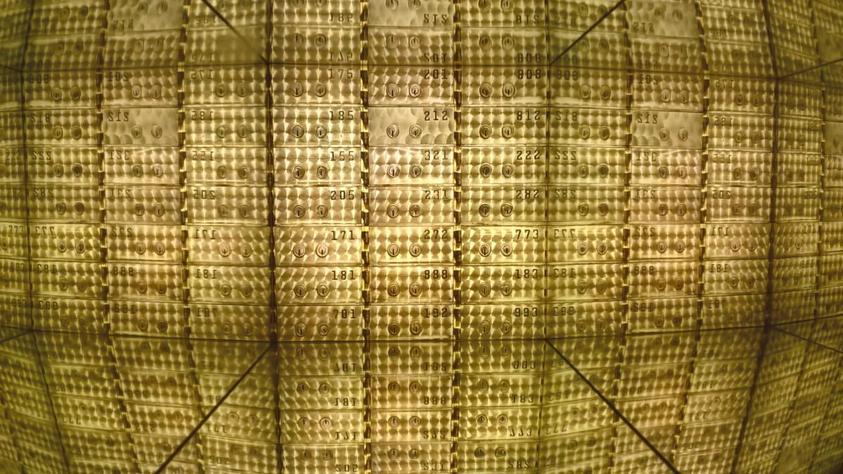 """""""Bank Nicolasa Gospierre'a"""", 2012, instalacja składającą się ze zdjęć pustych sejfów w amerykańskich bankach, z wystawy """"Bogactwo"""", Zachęta, fot. NOM"""