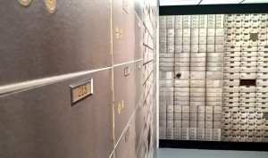 """""""Bank Nicolasa Gospierre'a"""", 2012, instalacja składającą się z zdjęć pustych sejfów w amerykańskich bankach, z wystawy """"Bogactwo"""", Zachęta, fot. NOM"""