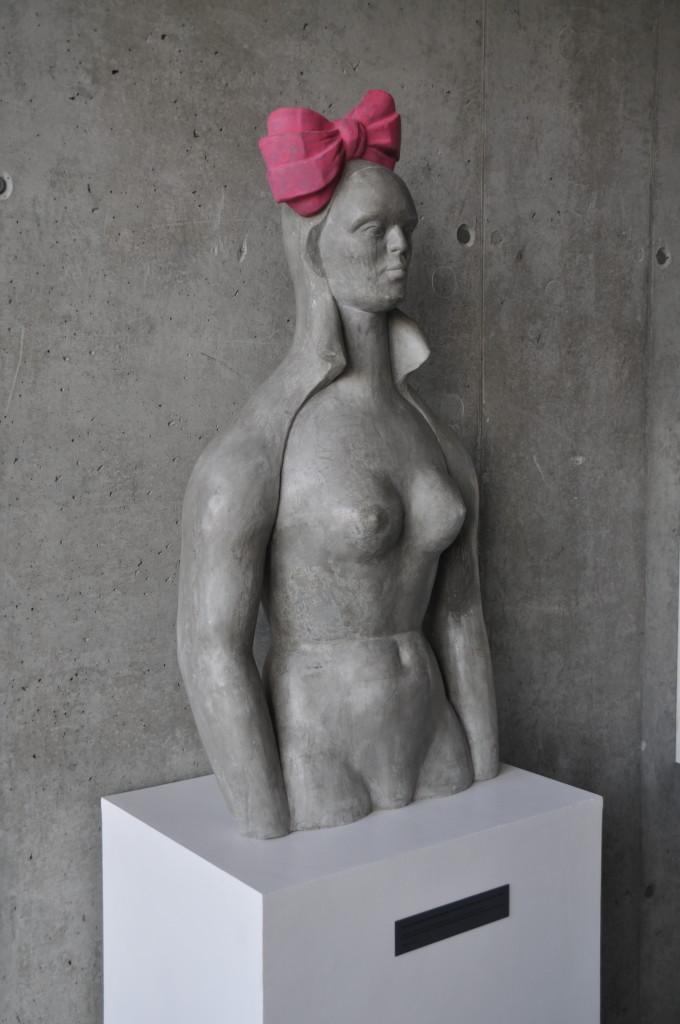 Różowa Kokarda, 57 x 106 cm, beton, 2015, Miejska Biblioteka publiczna GALERIA KSIĄŻKI, Oświęcim