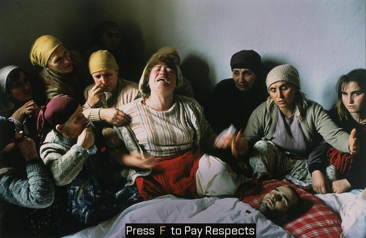 Opłakiwanie nieboszczyka w Jugosławii. Zdjęcie roku 1991. (fot. Georges Mérillon)