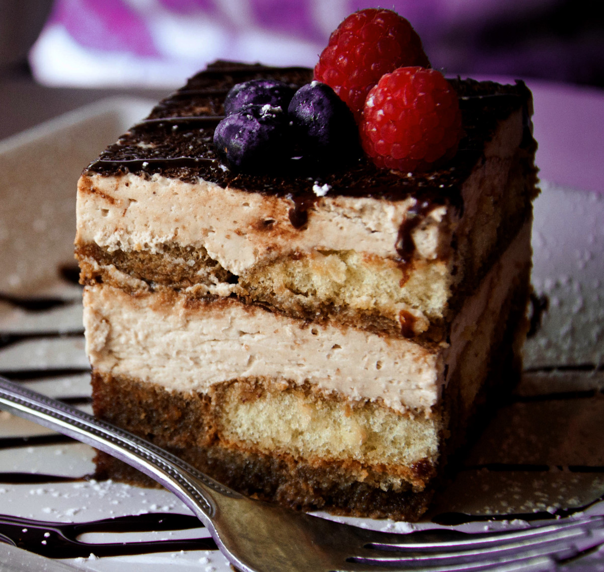 By Alexis Fam - Flickr: Tiramisu, CC BY 2.0, https://commons.wikimedia.org/w/index.php?curid=18859011 modyfikacja: NOM