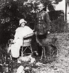 Zofia Nałkowska z mężem Janem Gorzechowskim, sarenką Basią i psami
