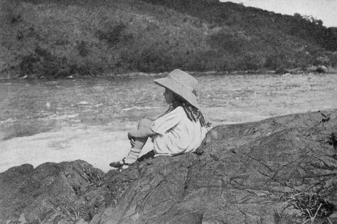 Alice nad rzeką, około 1921-1924, źródło: Wikimedia Commons