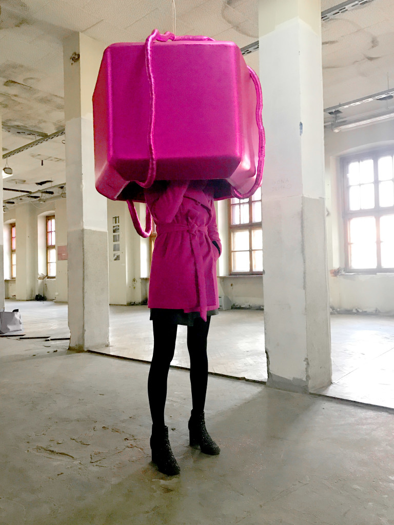 """Iwona Demko, we własnej instalacji multimedialnej z wystawy """"Przestrzeń intymna"""", Tytano w Krakowie, październik 2017"""