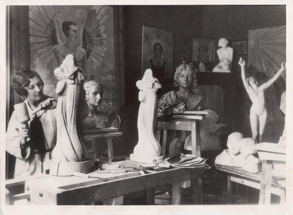 Zofia Dzielińska w swojej pracowni przy ul. Kurkowej 3 we Lwowie ok. 1932, własność archiwum ASP