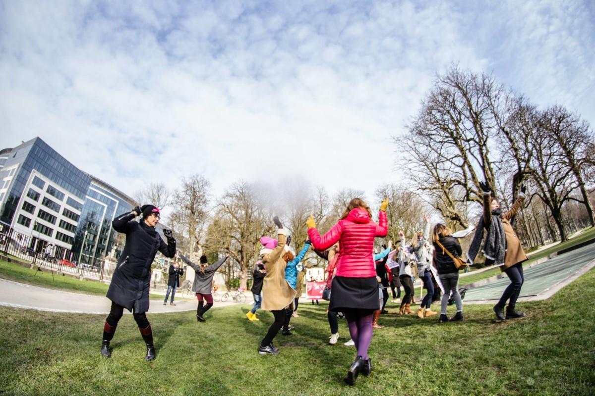 One bilion rising/Nazywam się miliard. Co roku 14 lutego kobiety i mężczyźni na całym świecie tańczą, manifestując swoją niezgodę na przemoc wobec kobiet, luty 2018 w Brukseli, fot. Agnieszka Łozińska