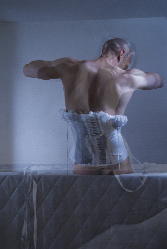 Gabriel Moginot, Project inspired by Horst P. Horst, a man in a corset. Ilustracja udostępniona na licencji CC BY-SA 3.0. Źródło:  https://commons.wikimedia.org/wiki/File:Man-in-corset-horst-gabriel-moginot.jpg
