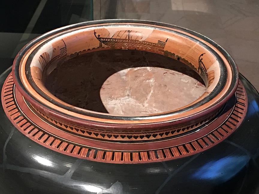 Greccy malarze mieli wysoce rozwiniętą świadomość kształtu malowanych powierzchni. Statki namalowane wewnątrz brzegów wazy miały sprawiać wrażenie unoszenia się na powierzchni wina napełniającego naczynie. Ateny, okres archaiczny, 525-500 p.n.e. (Zbiory Museum of Fine Arts w Bostonie, fot. PP)