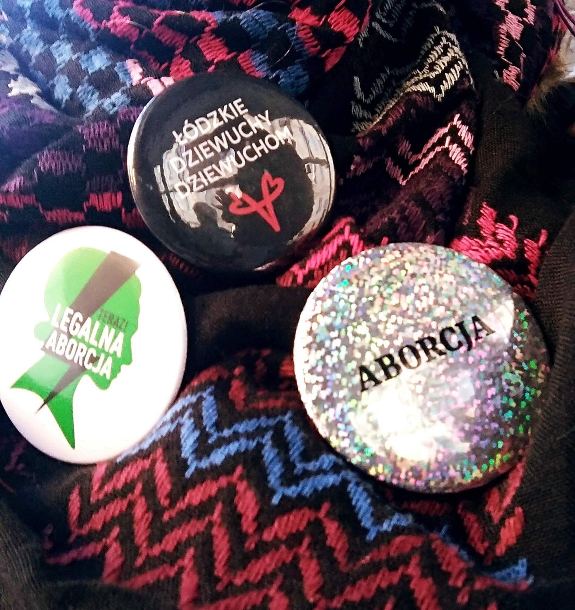 Przypinki z marszu na rzecz bezpiecznej aborcji, fot. Agata Kobylińska, https://www.facebook.com/lodzkiedziewuchy/