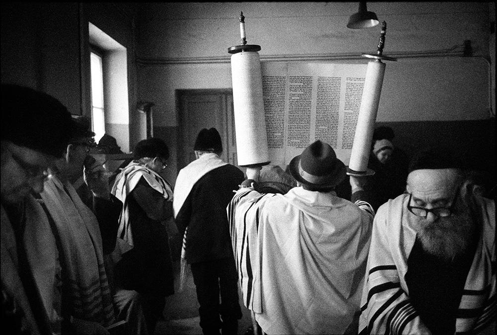 Szabatowe nabożeństwo w warszawskim Midraszowym Beicie. 1979, fot. Chuck Fishman