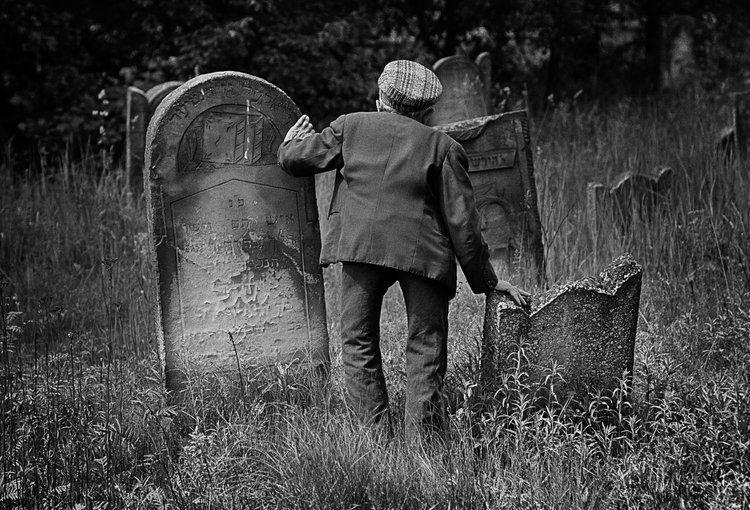 Mosze Lekker, opiekun cmentarza żydowskiego w Łodzi. 1975, fot. Chuck Fishman