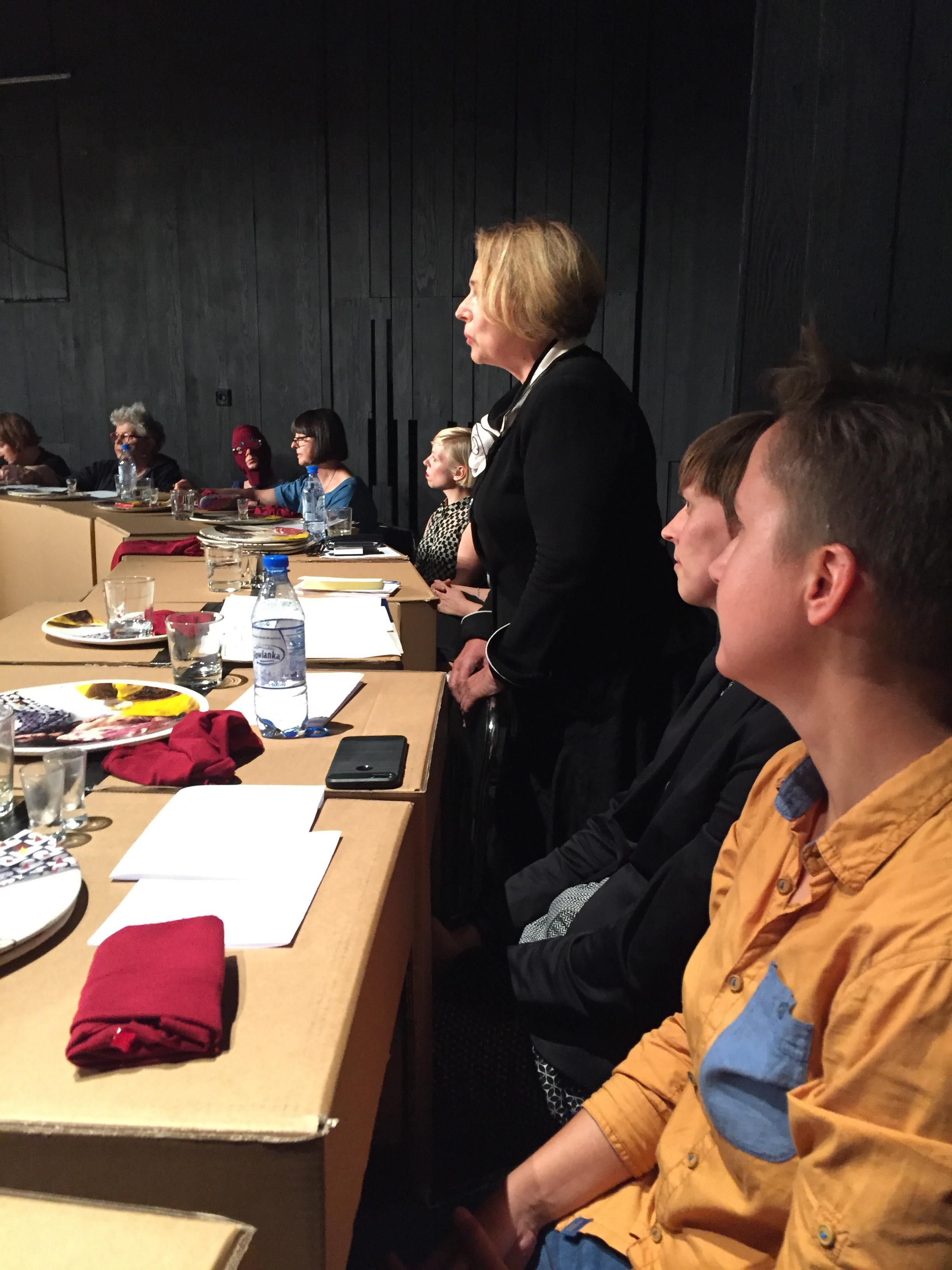 Wanda Nowicka podczas performensu Anny Baumgart, Sprawa kobieca w Polsce, Łódź 2018, Teatr Nowy, Festiwal Łódź Czterech Kultur, premiera 8 września 2018