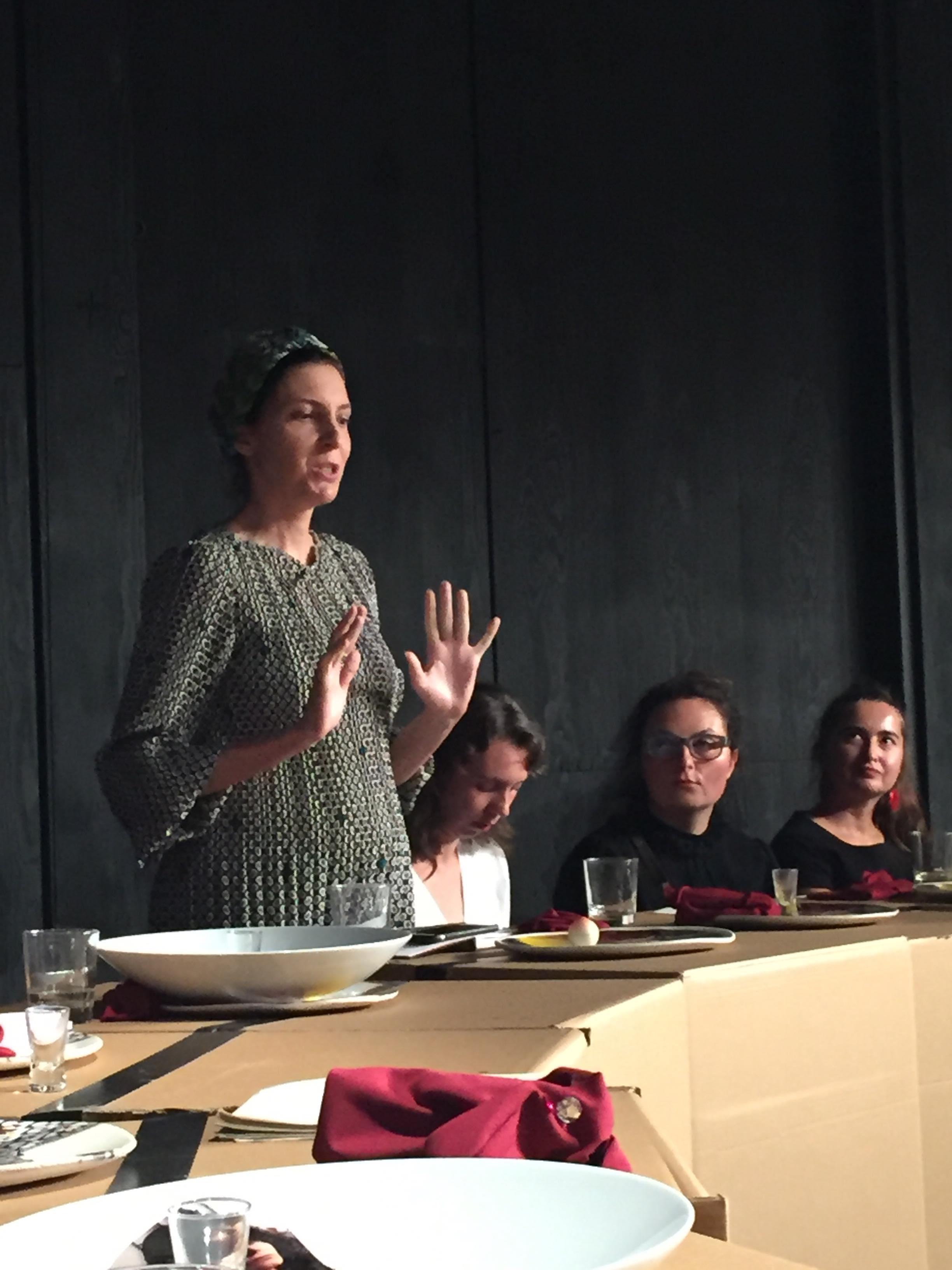 Pola Dwurnik podczas performensu Anny Baumgart, Sprawa kobieca w Polsce, Łódź 2018, Teatr Nowy, Festiwal Łódź Czterech Kultur, premiera 8 września 2018